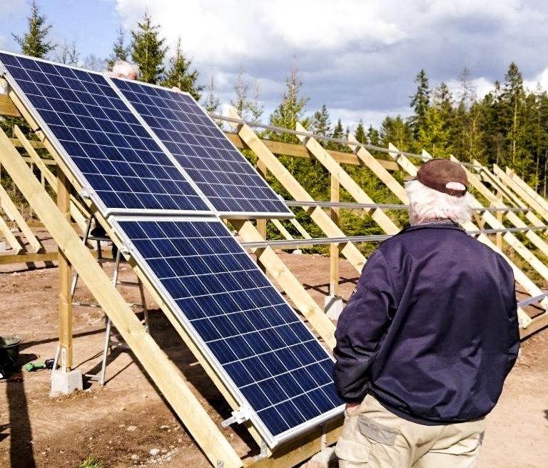 Knäpplan Vind, Hjo: Installation av 280 kvm solceller på mark, under Sol i Väst 2013-2016.