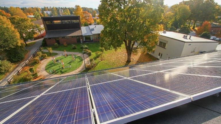 Solceller på tak, vy från tak, utsikt över lekplats