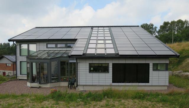 Bild på Hans-Olof och Birgitta Nilssons off-gridhus i Göteborg - helt drivet av solceller, med vätgaslagring och batterier.